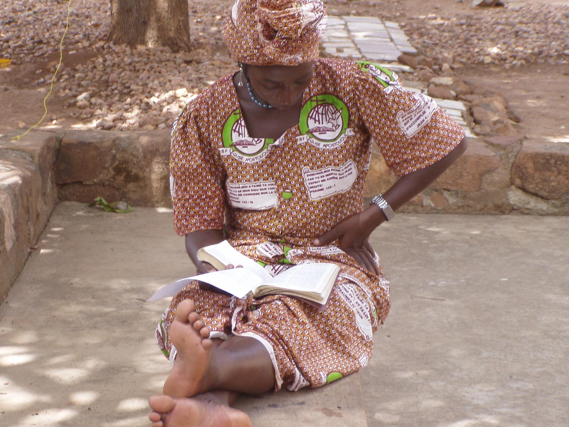 Femme en train de lire. Kassena lady reading.