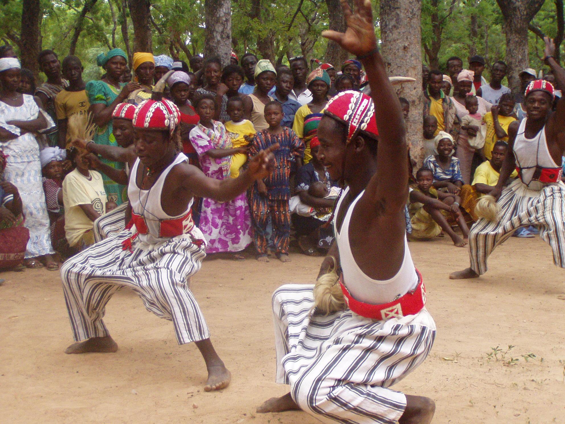 Danseurs kassena. Kassena dancers at work.