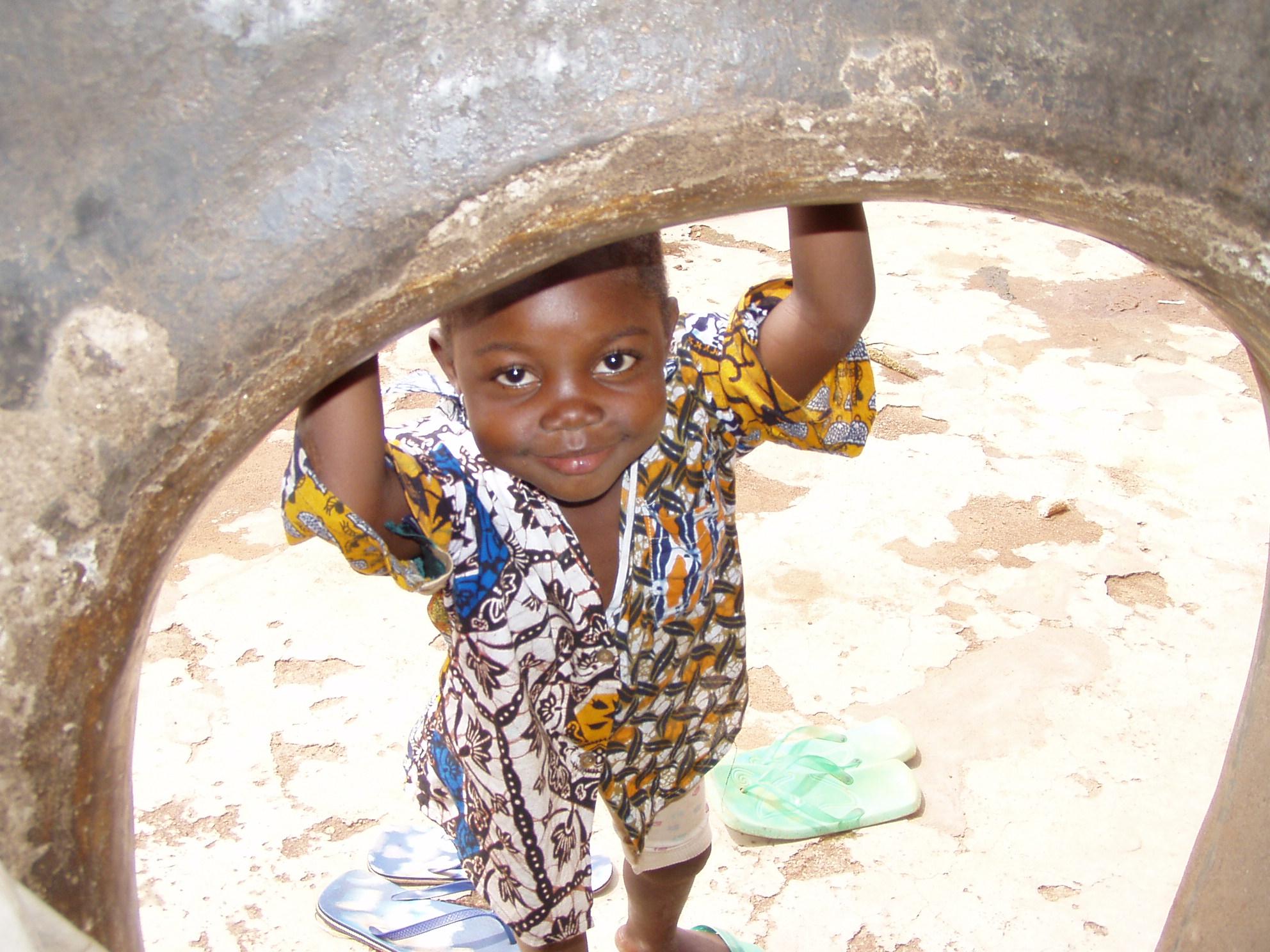 Garçon en train de sourire. Boy looking with a smile.