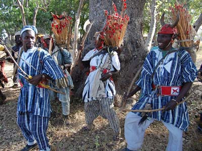 Ninkarse danses de guerre pour funérailles. Ninkarse dancing at funeral ceremony.