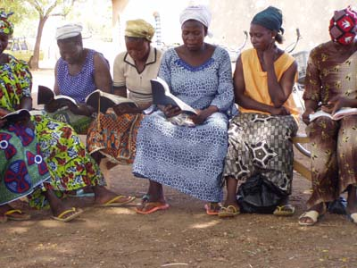 Lire la Parole de Dieu en ninkare. Reading God's Word in Ninkare.