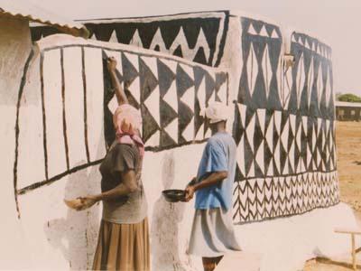 Les ninkarse font des peinture murales. The Ninkarse peint their houses.